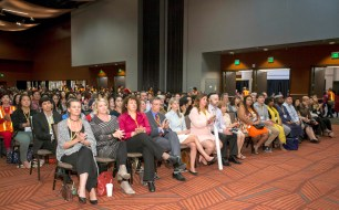 2017年9月16日,美國西雅圖雷藏寺在梅登堡會議中心恭請蓮生法王盧勝彥主持秋季阿彌陀佛息災祈福超度大法會,首傳紅度母法,當日來自世界各地有逾三千名貴賓及善信大德熱烈護持。圖為與會護持的貴賓們。