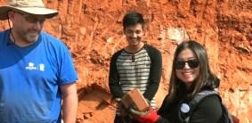 2017月9月16日,美國西雅圖雷藏寺秋季大法會「盧勝彥佈施基金會」總裁盧佛青博士報告基金會善款資助尼泊爾Gorkha地區7.8級大地震計畫。圖為盧博士手拿做好的磚塊。