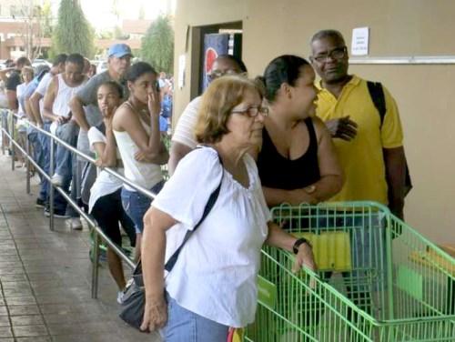 颶風重創波多黎各,民眾排隊搶購物資。p1180-a1-03