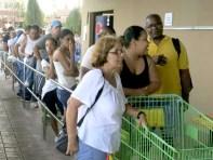 颶風重創波多黎各,民眾排隊搶購物資。