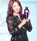 朴信惠:不久前才來台灣辦過粉絲見面會的韓劇女神朴信惠,為了代言髮品「呂Ryo」再次專程來台站台,紅棕髮色閃閃發亮,搭配一身黑色雪紡洋裝,顯得恬靜優雅。