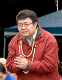 2017年9月30日晚間,美國西雅圖雷藏寺恭請蓮生法王主持週六最勝金剛「大準提佛母」同修會,四眾弟子虔心護持。圖為貴賓王醴博士向師尊問安。