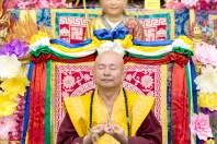 2017年9月30日晚間,美國西雅圖雷藏寺恭請蓮生法王主持週六最勝金剛「大準提佛母」同修會,四眾弟子虔心護持。圖為師尊手結供養印。