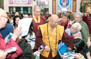 2017年9月30日晚間,美國西雅圖雷藏寺恭請蓮生法王主持週六最勝金剛「大準提佛母」同修會,四眾弟子虔心護持。圖為蓮生法王摩頂加持弟子。