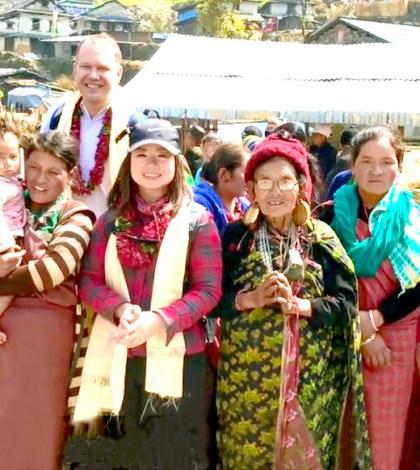2017月9月16日,美國西雅圖雷藏寺秋季大法會「盧勝彥佈施基金會」總裁盧佛青博士報告基金會善款資助尼泊爾Gorkha地區7.8級大地震計畫。圖為盧博士、Andy師兄伉儷與尼泊爾婦女合影。