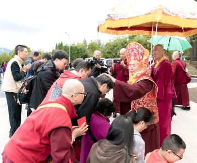 2017年10月1日下午,美國西雅圖彩虹雷藏寺恭請蓮生法王盧勝彥主壇「金剛亥母護摩大法會」,四眾嘉賓護持。圖為盧師尊加持弟子。