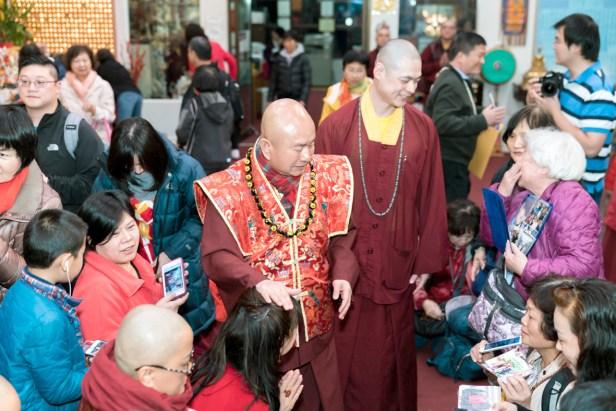 圖為師尊慈悲加持善信佛子。
