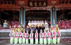 兩國元首夫婦 共同欣賞京劇表演後 與演員們合影