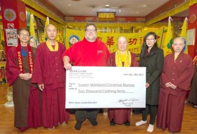 溫哥華華光功德會由總裁蓮慈金剛上師(右3)代表捐贈萬件新衣物給大溫聖誕局。