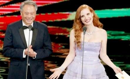 金球獎影后潔西卡崔絲坦與 大導演李安擔任頒獎嘉賓