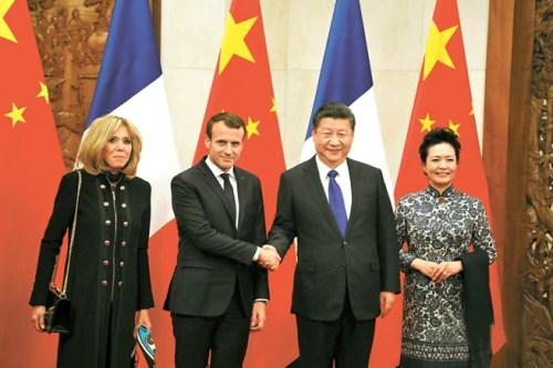 p1196-a1-cap  法國總統馬克宏伉儷日前與大陸國家主席習近平伉儷合影