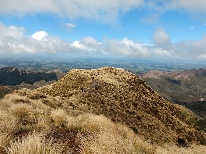 Sun and snow on the way to Daphne Hut – Wellington Tramping