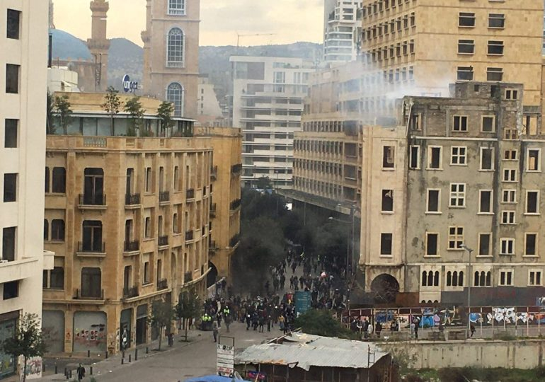 lebanon protesters fired at as they try to block vote of confidence