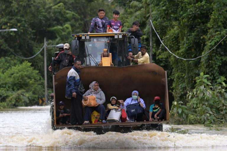 Mass evacuations as monsoon floods hit Malaysia