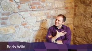 Boris Wild sitzt vor einer Wand im Gotischen Haus in Berlin Spandau (Screenshot aus dem Interview)