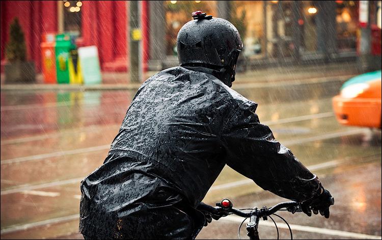 biker in rain    Canon5D2/EF70-200f4L@98   1/125s   f5   ISO1600