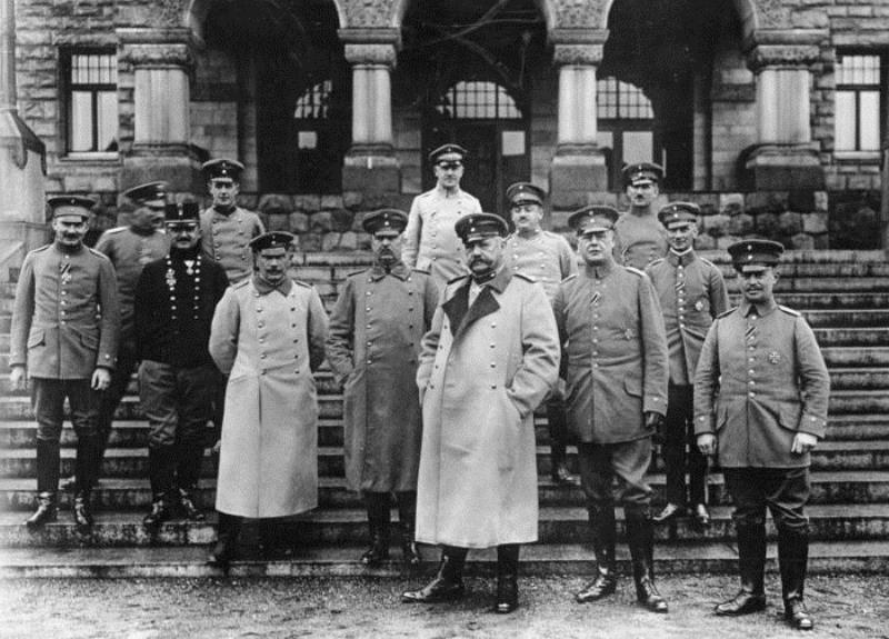 Hindenburg at center, Ludendorff on his right, with their staff