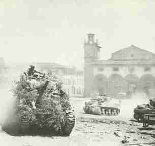 Sherman tanks of the British 8th Army in August in Italy on the rise to the north.