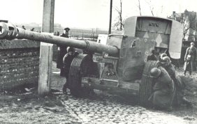 moving 88mm Pak 43/41 by crew
