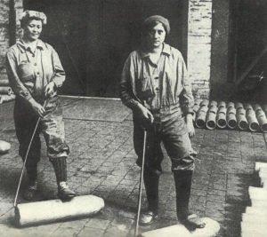 Women transport blanks for 15 cm shells