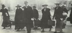 valet's and maidservants leaving the Berliner Schloss