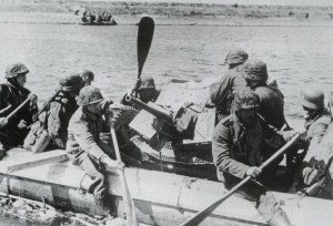 Soldiers from 'Reich' cross the Dnjepr