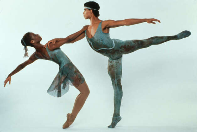 Lauren Anderson and Carlos Acosta perform in Benjamin Britten's Pas de Deux in 1998. Photo: JACK MITCHELL / HC