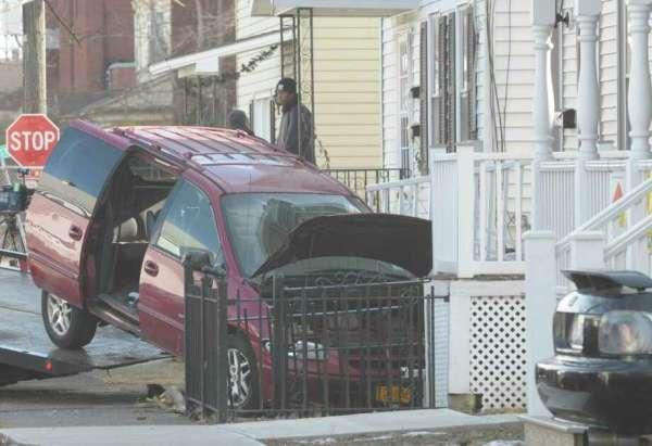 Van hits Mont Pleasant house - Times Union