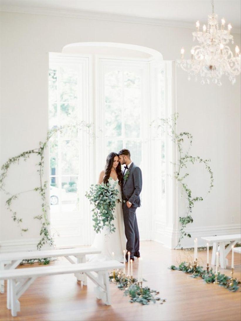 минималистская зеленая виноградная лоза для внутренней свадебной церемонии