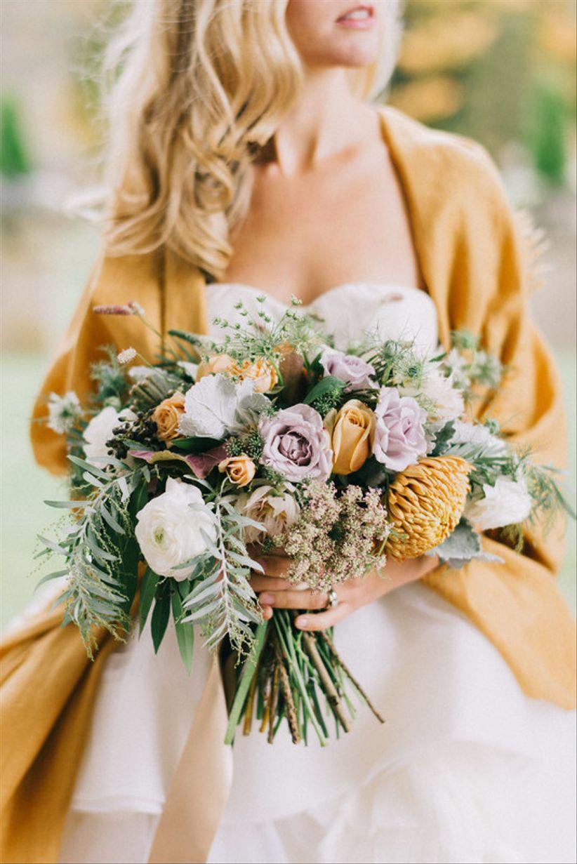 причудливый букет с бледно-желтыми и фиолетовыми цветами + зелень