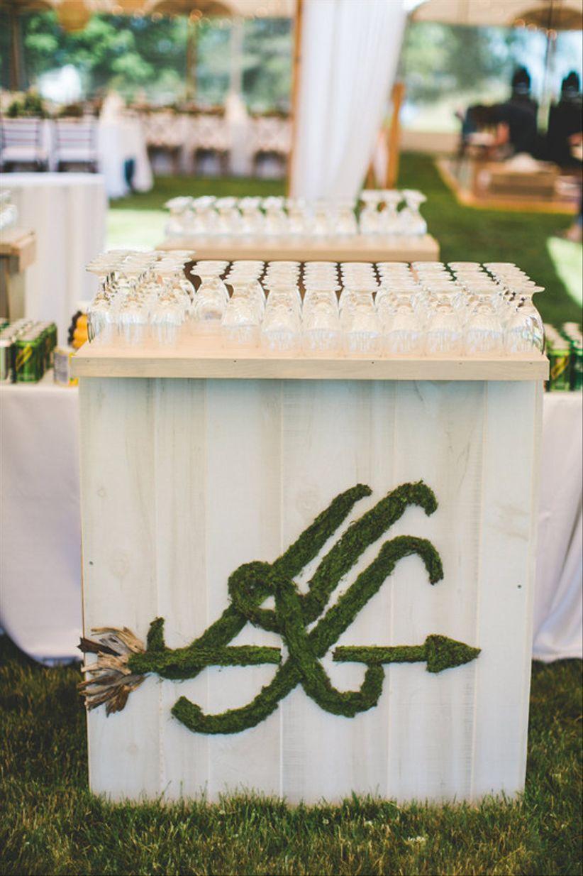 индивидуальный свадебный коктейль-бар с уникальной монограммой из мха