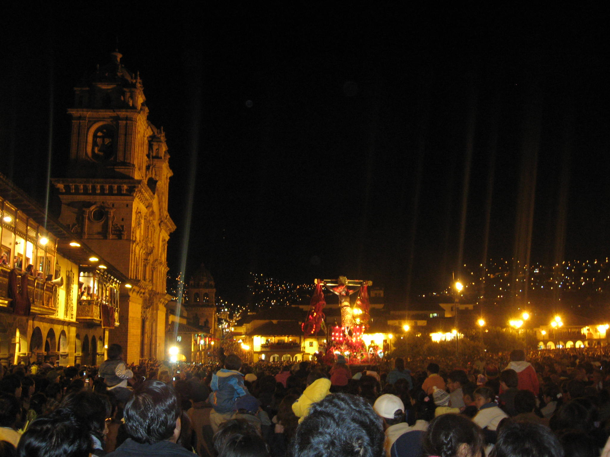Crowd waiting for Señor de los Temblores