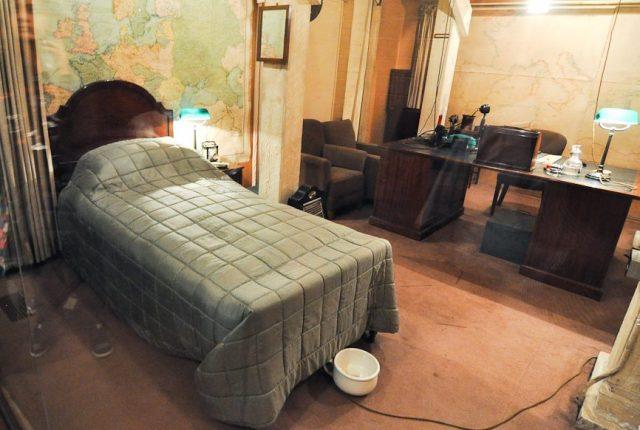 Кабинет-спальня Черчилля с ночным горшком.