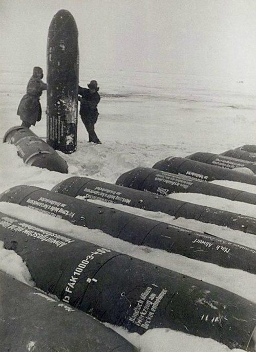 С помощью таких капсул пытались снабжать окруженцев, когда посадка самолётов была невозможной.