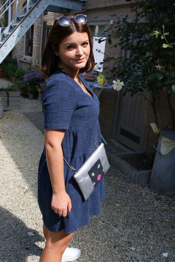 Idée de look avec le sac qui fait pochette, 100% vegan en Argenté et Noir Étoiles, fabriqué en France pour l'empowerment des femmes.