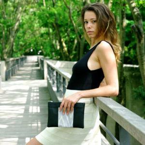 Idée de look avec notre pochette en cuir vegan Noir et tissu Gris Montagnes. 100% vegan. Fabriqué en France par des femmes pour l'empowerment des femmes.