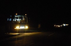 a:見学ツアーの大型バスの光