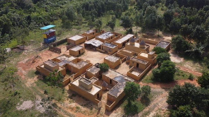 Vue aérienne du village sahélien reconstitué sur le site de l'académie. Cet ensemble de maisons, de ruelles, de cours intérieures a été spécialement dessiné pour compliquer la tâche des forces d'intervention qui s'y entrainent. (@Colonel Frantz / DCSD)