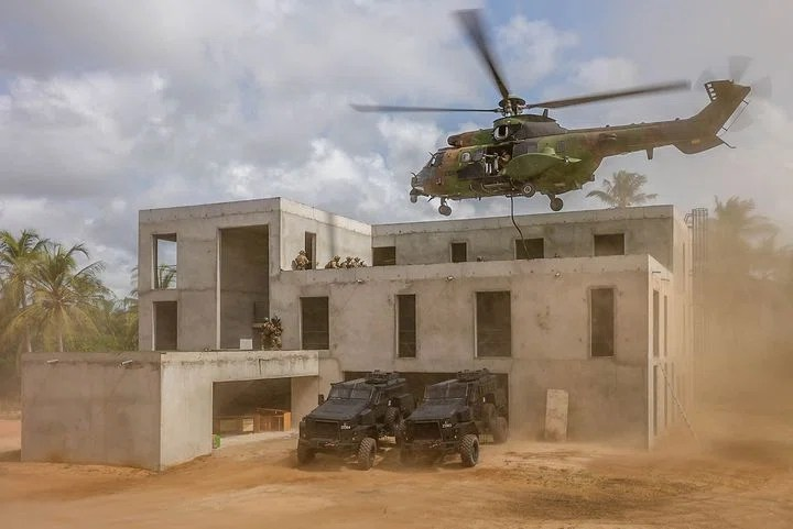 """Sur le campus de l'académie, des bâtiments destinés à l'entrainement des forces spéciales sont déjà opérationnels. Ici, en mars 2021, le """"vrai-faux"""" hôtel a servi de cadre à un exercice franco-ivoirien de libération d'otages. (@Christophe M / CFST/ Armée de Terre)"""