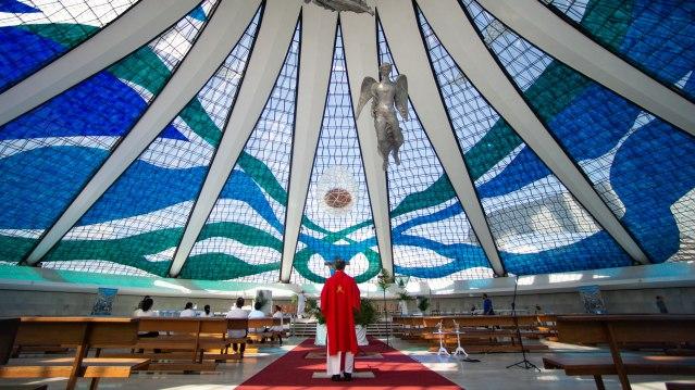 Por Que as Igrejas Brasileiras Fecharam, Apesar de Presidente Bolsonaro Discordar