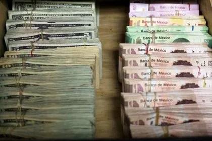 Billetes de peso mexicano y dólares en una casa de cambio en Ciudad Juárez, México (Foto: Reuters/José Luis González)