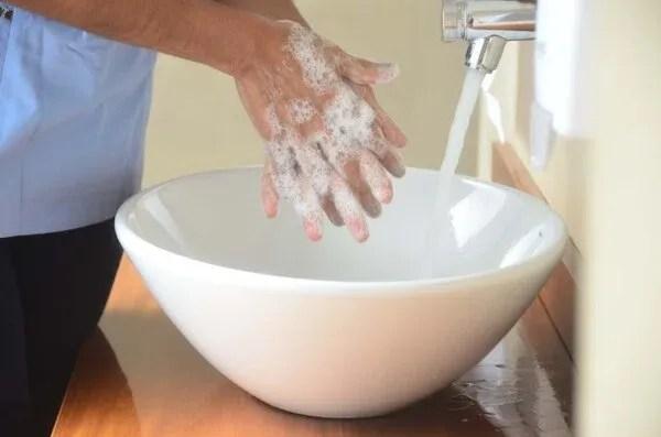 La OMS recomienda lavarse las manos a fondo y con frecuencia usando un desinfectante a base de alcohol o con agua y jabón (Foto: Matias Arbotto)
