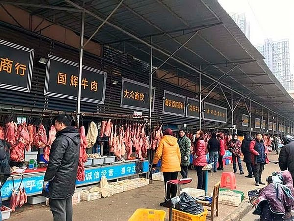 Como medida de protección al visitar mercados de animales vivos (como el de Wuhan en foto) o en otras situaciones parecidas, evite el contacto directo con los animales y las superficies que estén en contacto con ellos