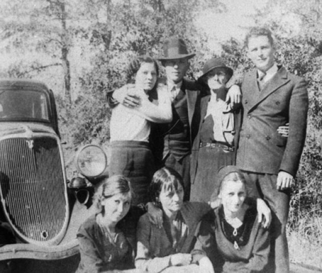 Even Though They Were Wanted Criminals Bonnie And Clyde Still Managed To Meet Up With Their Families Occasionally In Dallas As Pictured Here In The Early
