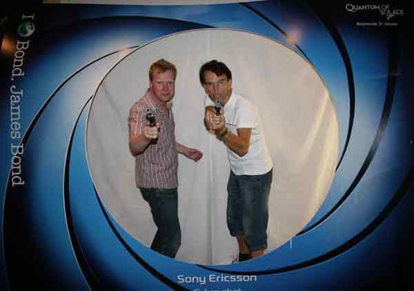 Johan Glans tillsammans med James Bond  (Gunnar Schäfer)