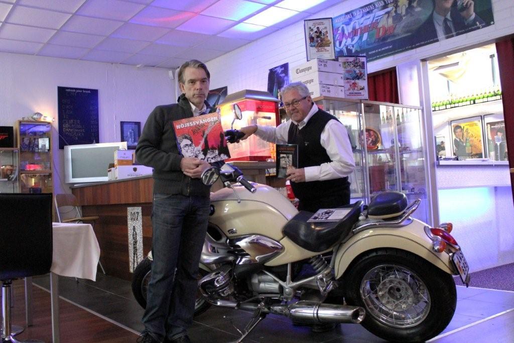 Nöjeskungen i Kalmar Peo Ahlberg har precis gett ut sin bok Nöjessvängen i samband med besöket hos James Bond Gunnar Schäfer i världens första James Bond 007 museum, så bytte de böcker med varandra 28 mars 2011.