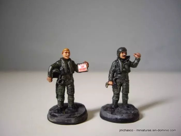 2 hand painted figures from Set 1/72 ESCI 243 NATO Pilots and Ground Crew