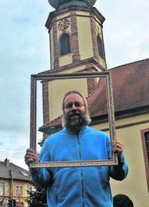 Pfarrer Axel Malter ist – wie könnte es auch anders sein – besonders gespannt auf den Guss der Kirchenglocke, der für Ende Mai geplant ist. Foto: Thorsten Mühl