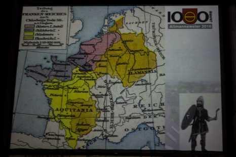 Dr. Thomas Förster erläutert anhand einer alten Karte die Geschichte. Foto: S. Leppert/Förderverein