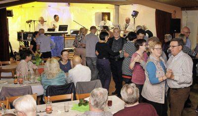 Viele Feiergäste schwangen eifrig das Tanzbein zu alten Schlagern. Foto: Wolfgang Künstle